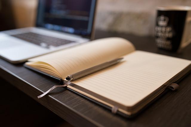 ペンの置かれた白紙の本