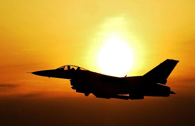 夕日と航空機