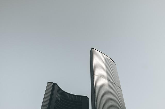 高層ビルと曇った空