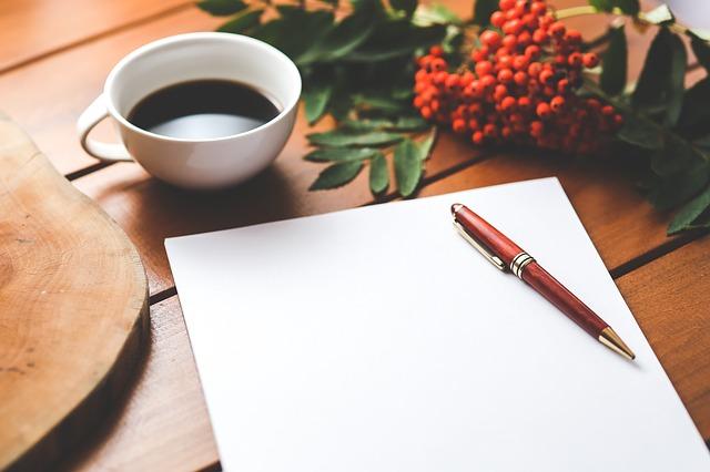 コーヒーとペンと白紙