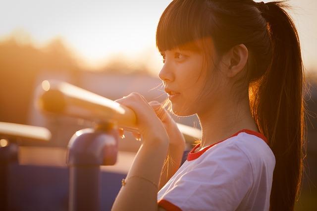 夕日に照らされる若い女性
