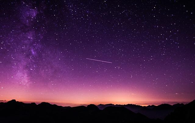 紫の空に見える流星