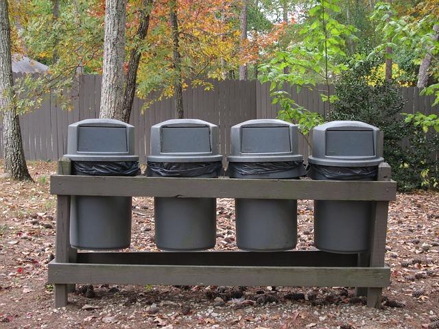並んだ4つのゴミ箱