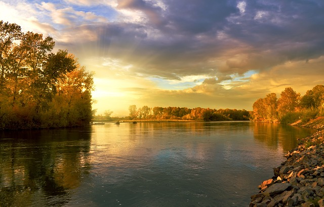 夕日が映る川辺