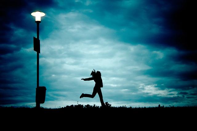 夜の中を走る女の子