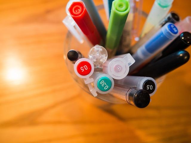 立てて収納されたカラフルなペン