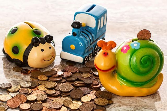 三つの貯金箱と硬貨