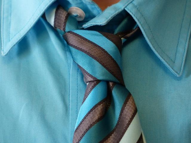 青いシャツとネクタイ
