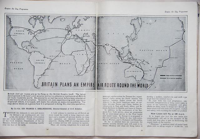 世界地図が印刷された本