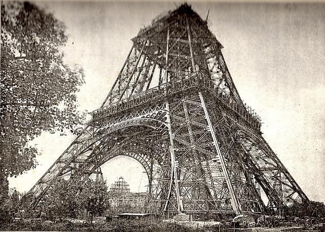 建設途中のエッフェル塔