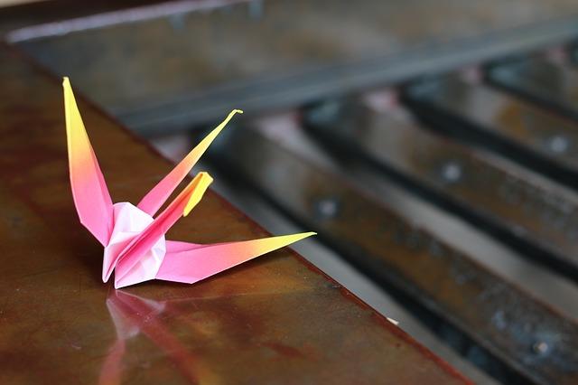 ピンクの折り鶴