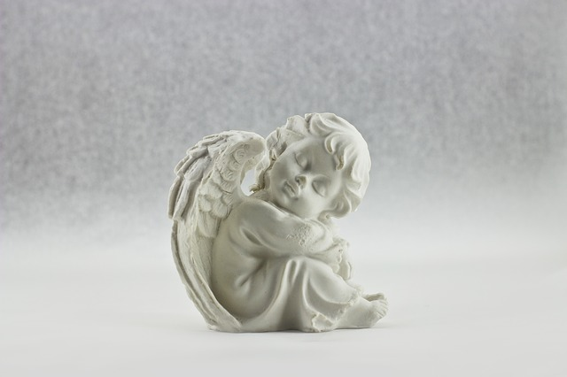 目を閉じる白い天使