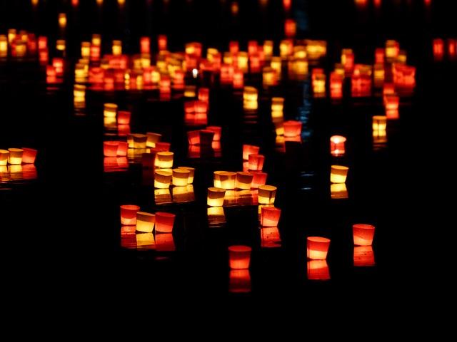 闇夜に浮かぶ無数の灯篭
