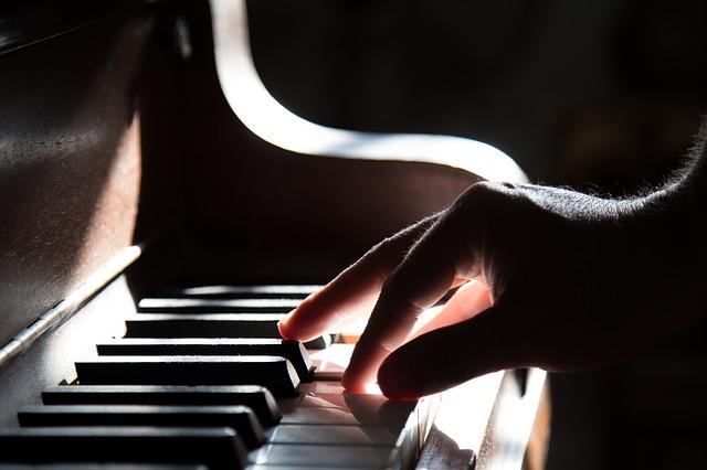 ピアノの鍵盤と右手