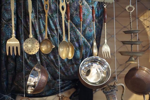 ぶらさげられた銀の食器