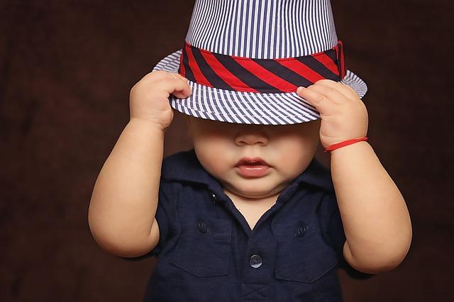 帽子を深くかぶった赤ん坊